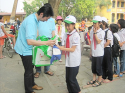 Mr Oku present gifts to pupils